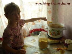 Дочка варит кашу