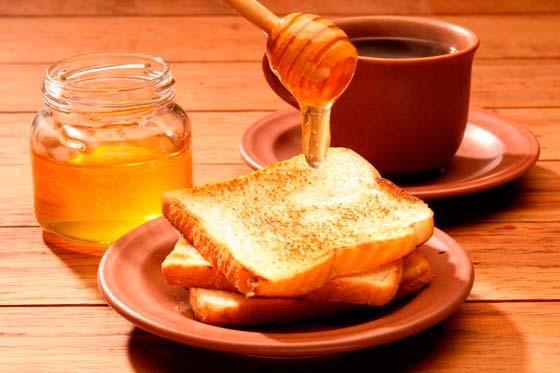 Мед с тостом